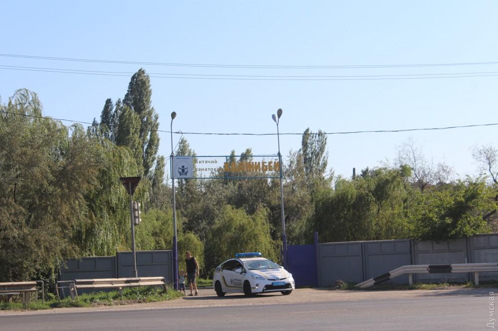 Главный вход охраняет патрульная полиция Одессы