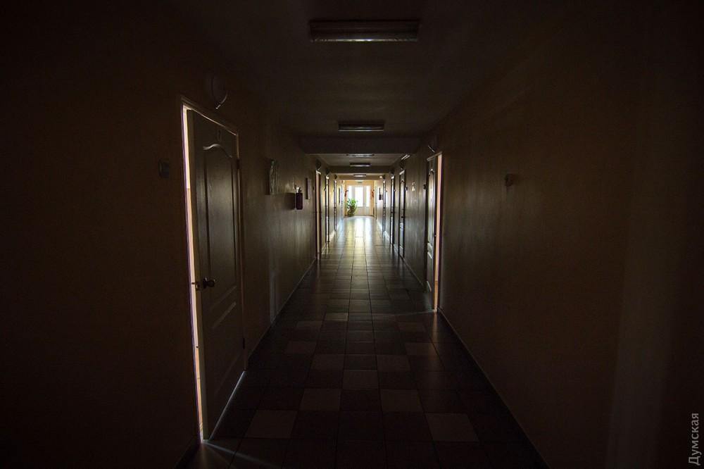 Вместо детской беготни - пустынные коридоры