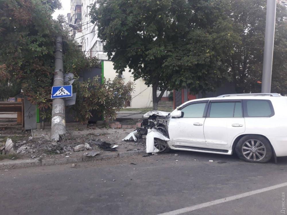 На Таирова «Лексус» врезался в электроопору и МАФ: водитель был пьян