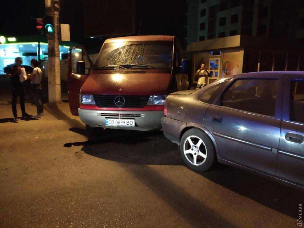 В Одессе микроавтобус столкнулся с легковым авто: пострадала женщина