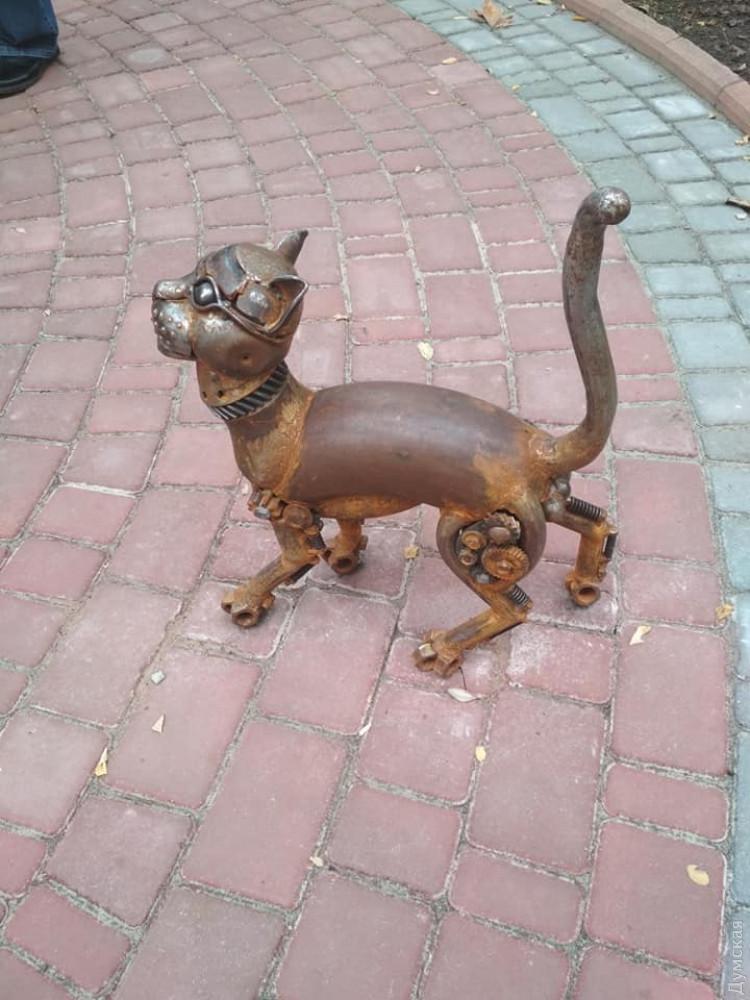 У Древа познания в одесском Политехе стоит стимпанковый кот-киборг