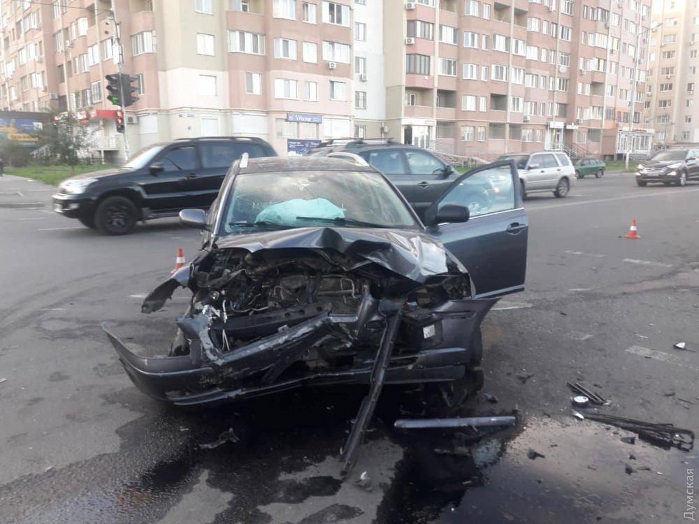 На поселке Котовского столкнулись «Мазда» и «БМВ»
