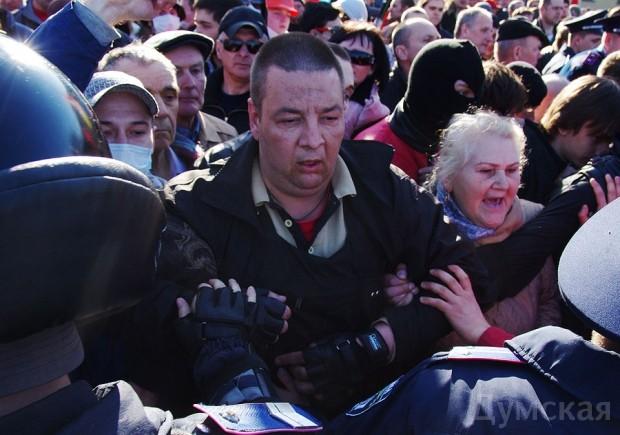 Виталий Будько сдерживает пророссийских активистов в оцеплении возле Дюка 30 марта 2014 года