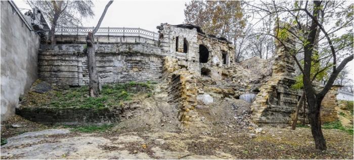 Существующие подпорные стены и руины рыбного ресторана