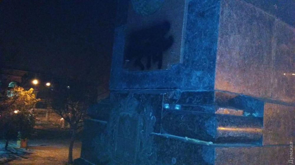 Одесские националисты с баллонами краски испачкали Александровскую колонну (фото)
