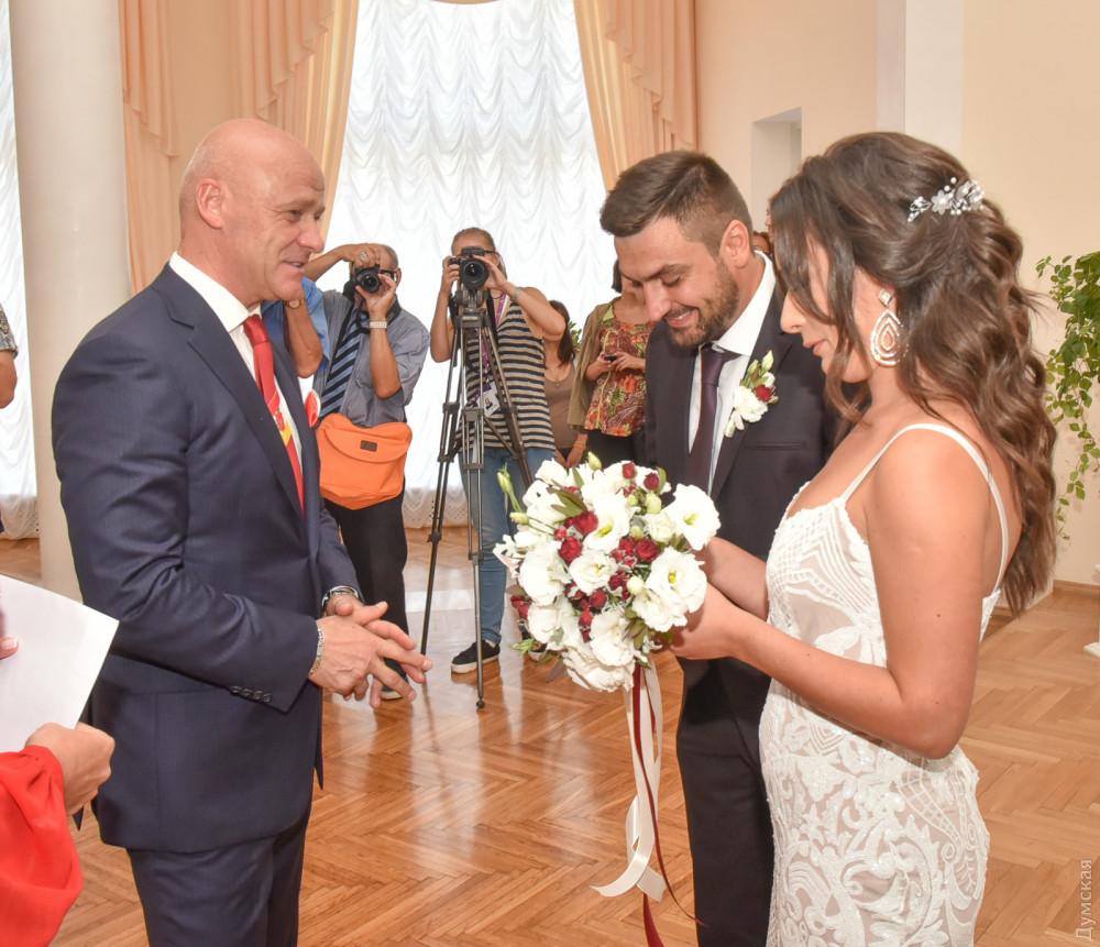 Мэр с соратниками поженил молодую пару одесситов