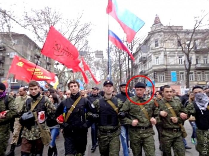 Граждане РФ Антон Раевский (в центре) и Евгений Мефедов (отмечен красным кругом) маршируют под российскими флагами по Одессе в марте 2014 года
