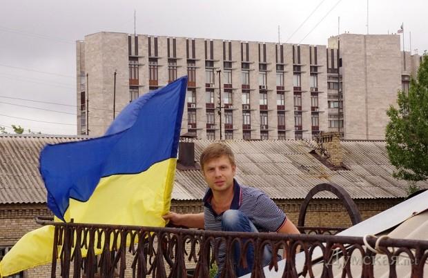 Сзади захваченное сепаратистами здание Донецкой облгосадминистрации. Над ним флаги РФ и ДНР