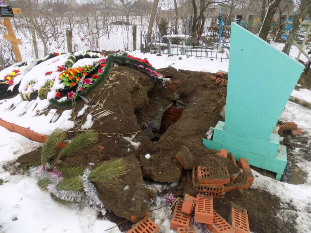 Полиция задержала жителя Одесской области, который вскрыл могилу и снял золотые украшения с покойного