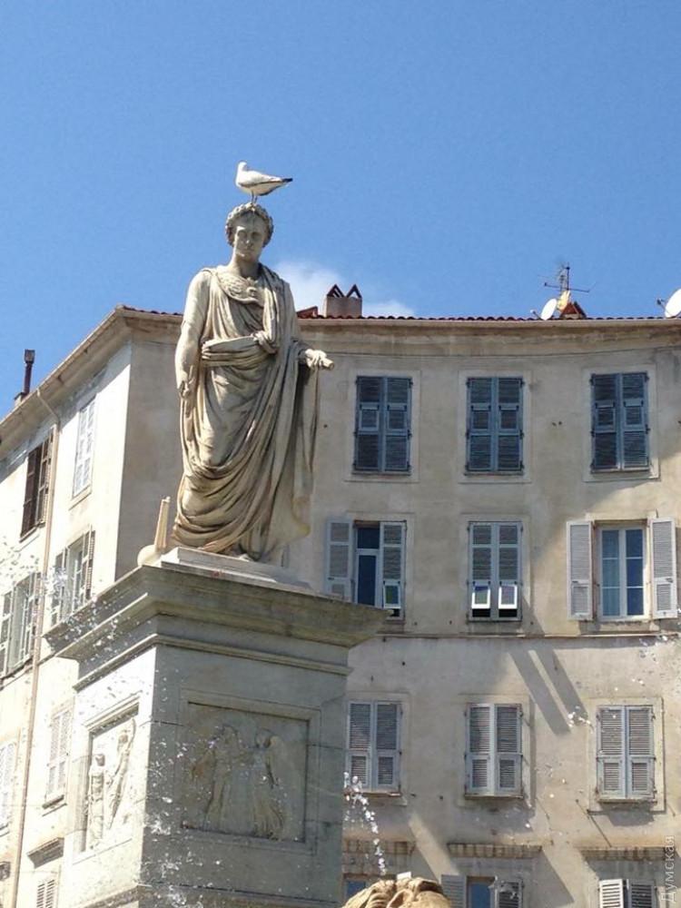 Памятники отличаются только мелкими деталями, но в целом практически идентичны
