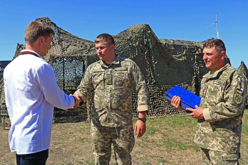 Новый комбриг подполковник Кравченко (в центре)