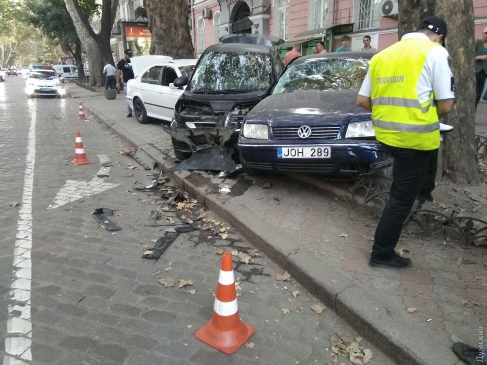 На Пушкинской «евробляхер» разбил припаркованные авто