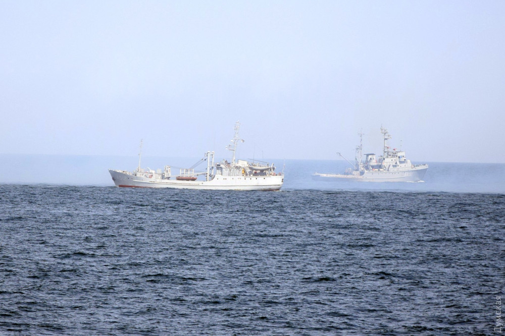 """Малый разведывательный корабль """"Переяслав"""" (слева) и морской буксир """"Корец"""""""