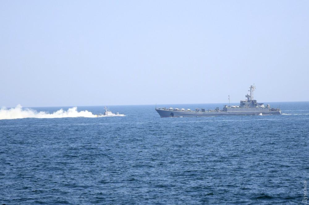 """Одна из """"Гюрз"""" и средний десантный корабль """"Юрий Олефиренко"""""""