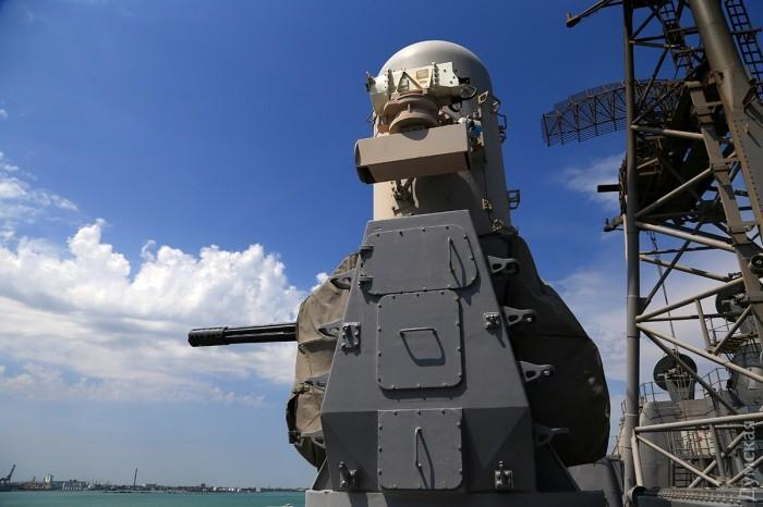 """А вот 25-мм автоматическая артиллерийская установка Mark 38 Mod 2 имеет собственные """"мозги"""" и стреляет по надводным и наземным целям самостоятельно"""