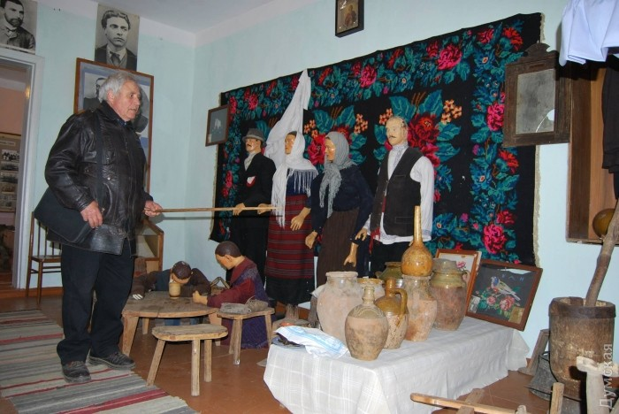Директор музея проводит экскурсию