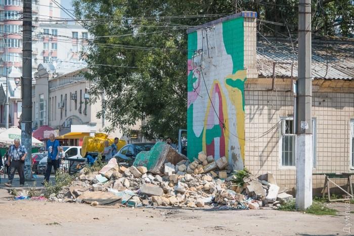 Везде разбросан строительный мусор