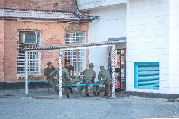 В СИЗО усилены меры безопасности. На территории присутствуют вооруженные нацгвардейцы