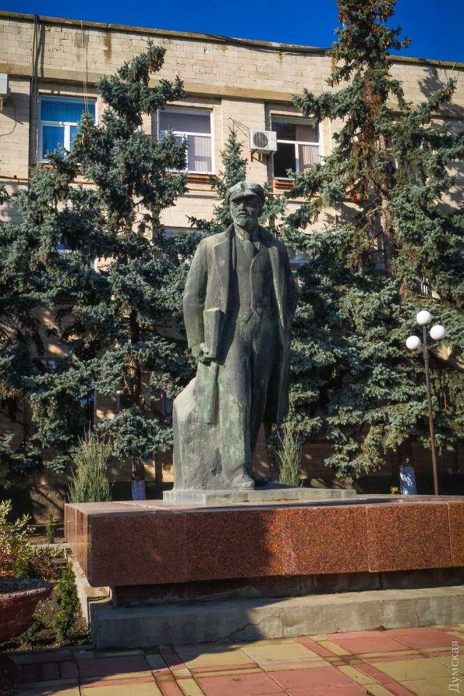 На Ленина никто не покушается, по праздникам к нему даже возлагают цветы