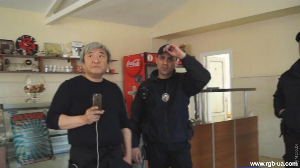 Александр Син в своем ресторане во время нападения РГБшников