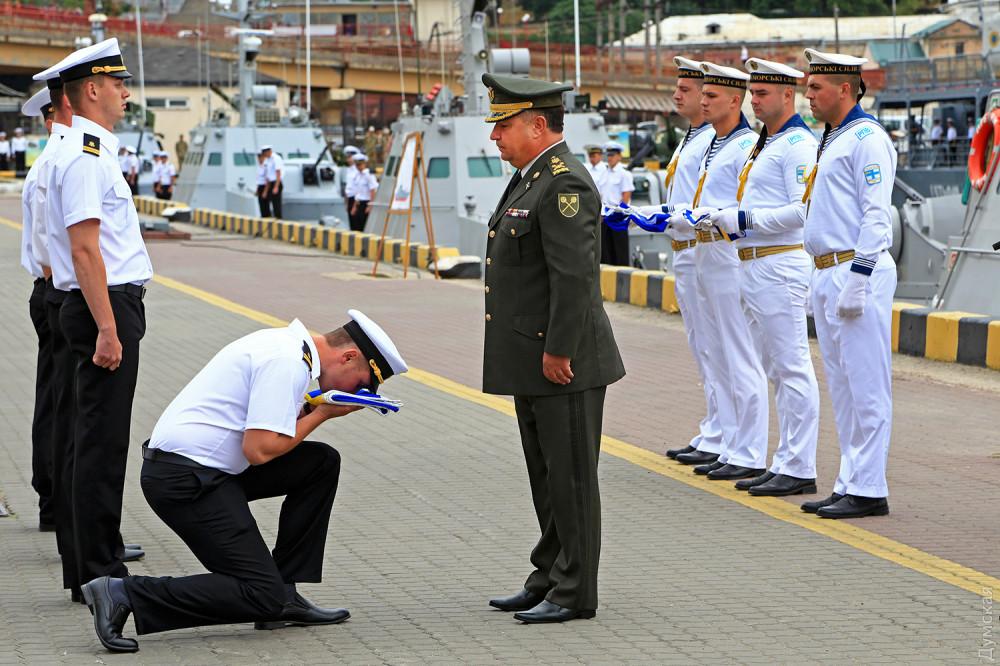 Молодые капитаны получают флаг ВМСУ для новых катеров
