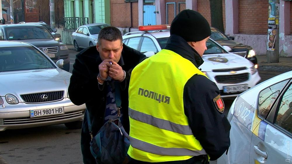 Избивший охранника автохам регулярно попадается на нарушениях: у него есть справка от психиатра и разрешение на оружие