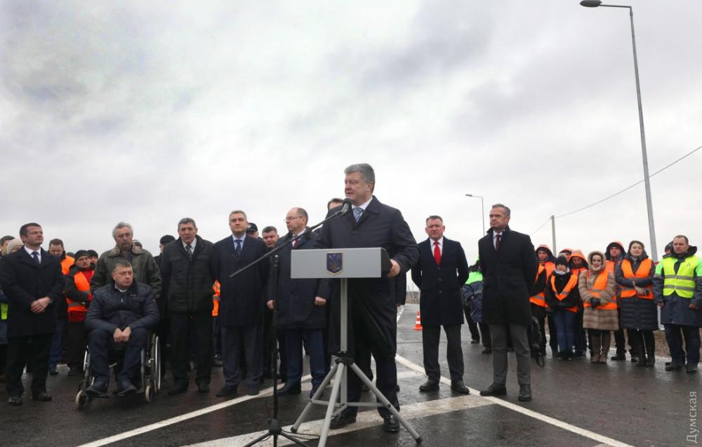 Президент Петр Порошенко открыл отремонтированную трассу
