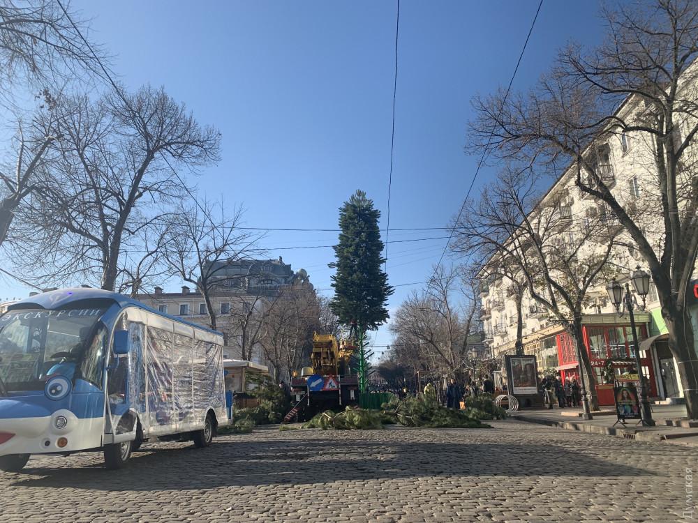 Несмотря на траур, в центре Одессы играет музыка и готовятся к Новому году