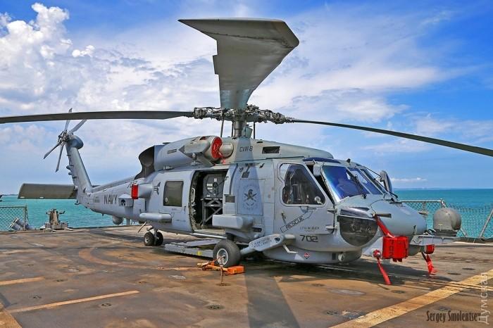 Противолодочный вертолет MH-60R на полетной палубе ракетного крейсера CG66 Hue City