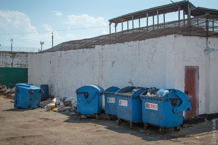 Мусорные контейнеры. В одним из них нашли тело погибшей