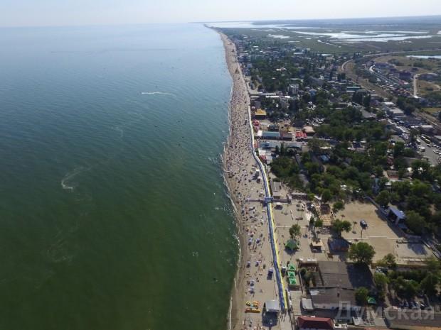 В Затоке пляжники растянули вдоль набережной километровый украинский флаг (Фото), фото-3