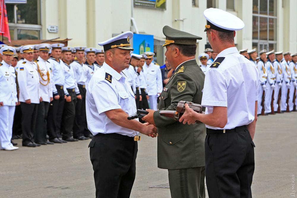 Игорь Бедзай получает наградное оружие - пистолет Стечкина