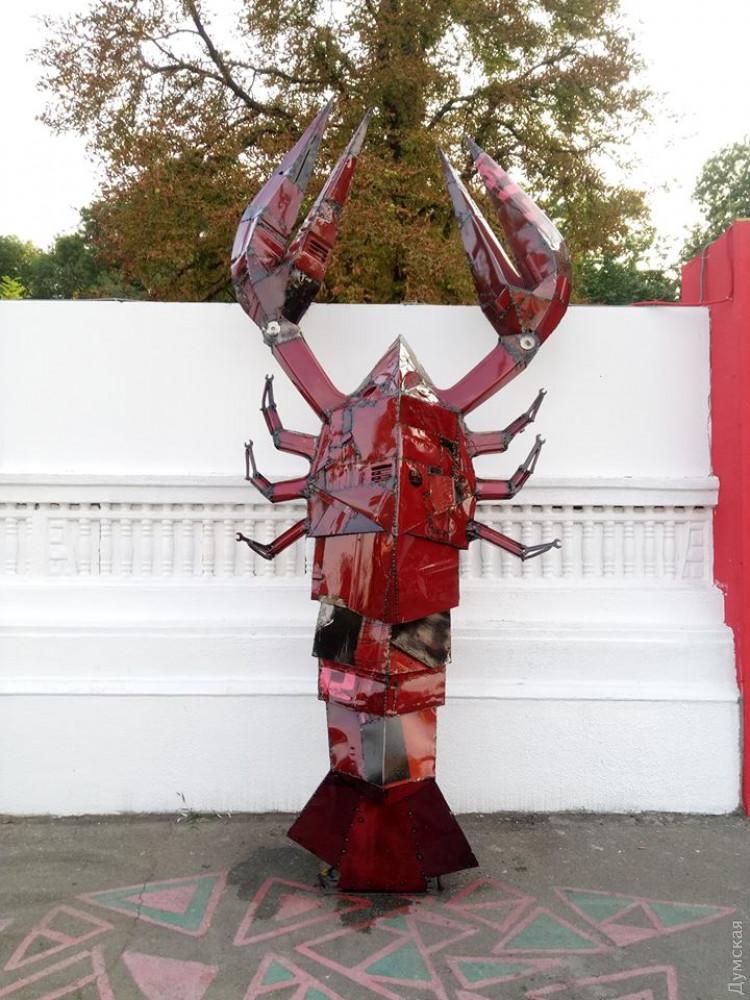 На Приморской улице установили металлического рака, созданного известным одесским скульптором