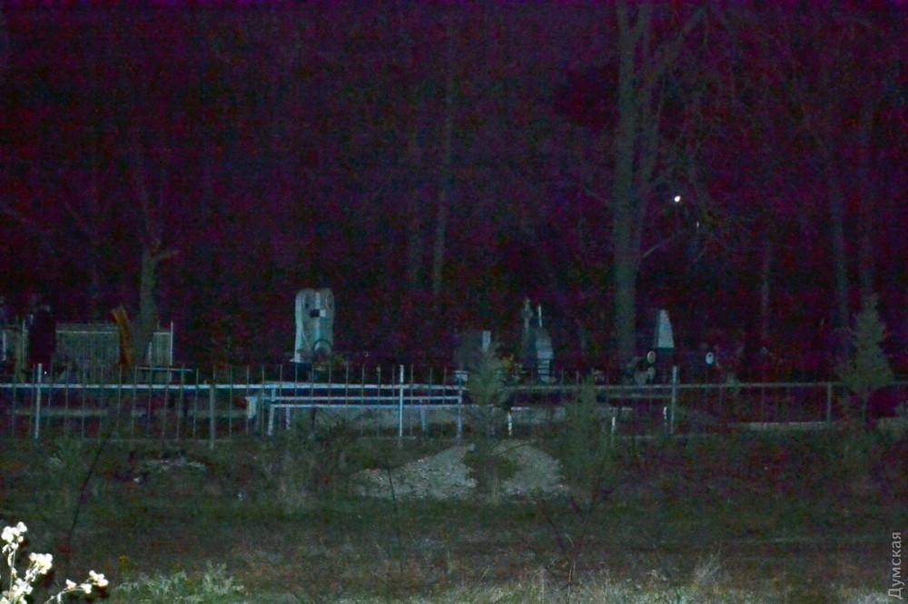Через дорогу от цеха, где произошел пожар находится кладбище