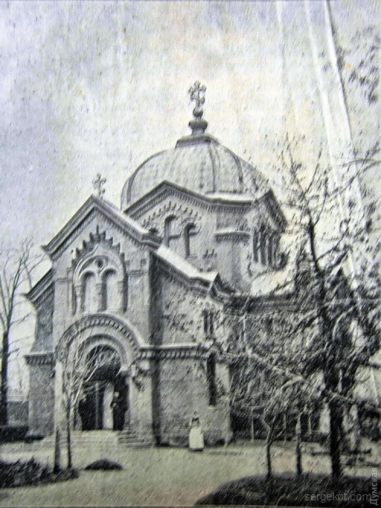 Здание храма после постройки. Обратите внимание, какие метаморфозы оно претерпело за 100 лет. Колокольни никогда здесь не было
