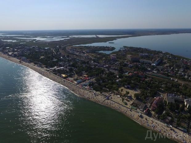 В Затоке пляжники растянули вдоль набережной километровый украинский флаг (Фото), фото-1