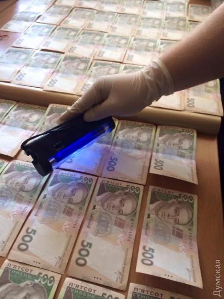 Чиновник одесской инспекции по - вопросам прав потребителей попался на - взятке в - 25 - тысяч гривен