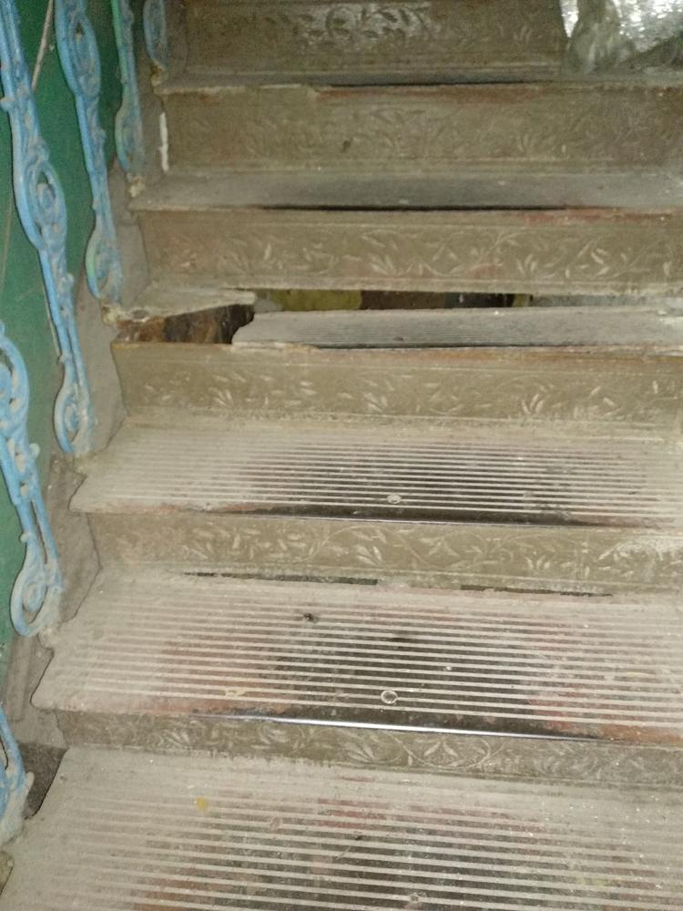 В центре Одессы женщина пострадала из-за провала в старинной лестнице