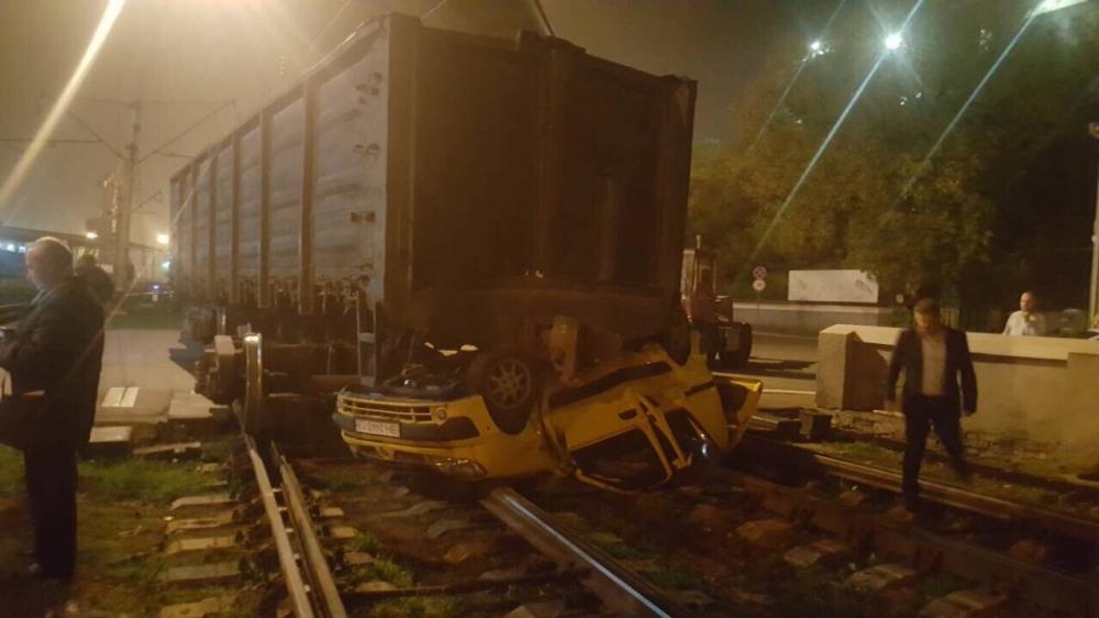 В Одессе грузовой поезд раздавил легковой автомобиль, который пытался проскочить на красный свет