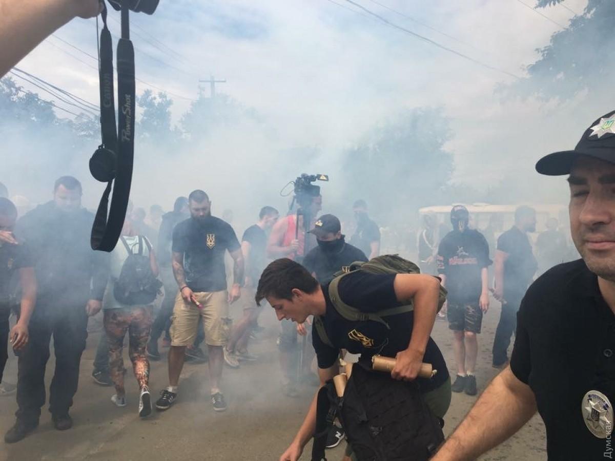 Потасовка наодесском Фонтане: активисты забросали дымовыми шашками стройку