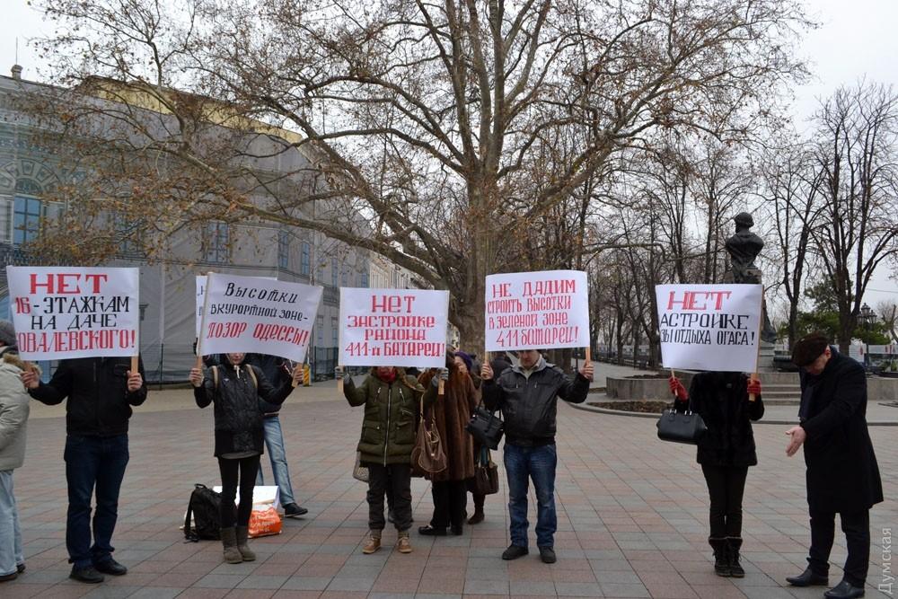 ВОдессе активисты пикетировали против возведения высотных домов около мемориала 411-й батареи