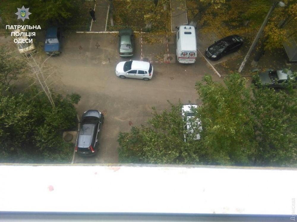 Одесские полицейские спасли мужчину, который хотел выпрыгнуть сседьмого этажа