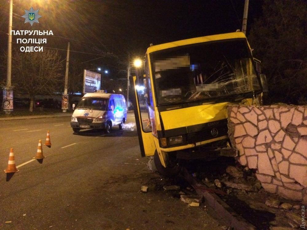 Наплощади Независимости водитель-наркоман направил маршрутку вбетонное ограждение: пострадала пассажирка