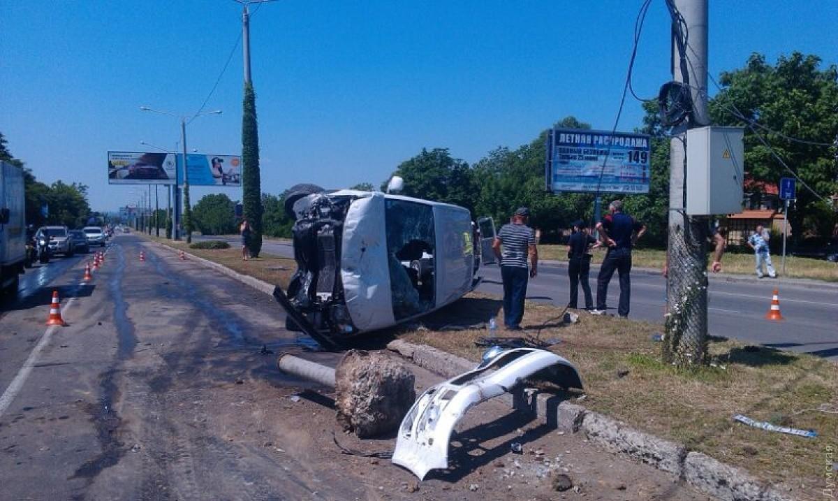 Микроавтобус слюдьми перевернулся наодесском поселке Котовского