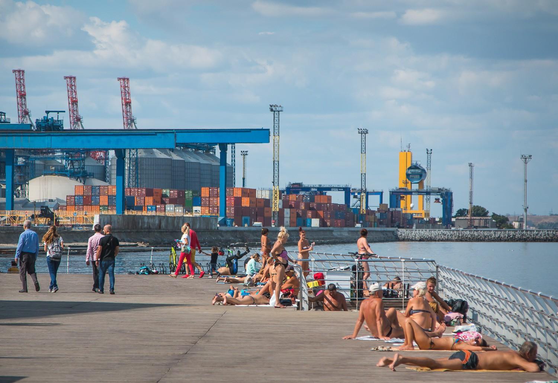 Сколько стоит лежак: платные пляжи Одессы в этом районе не такие 88