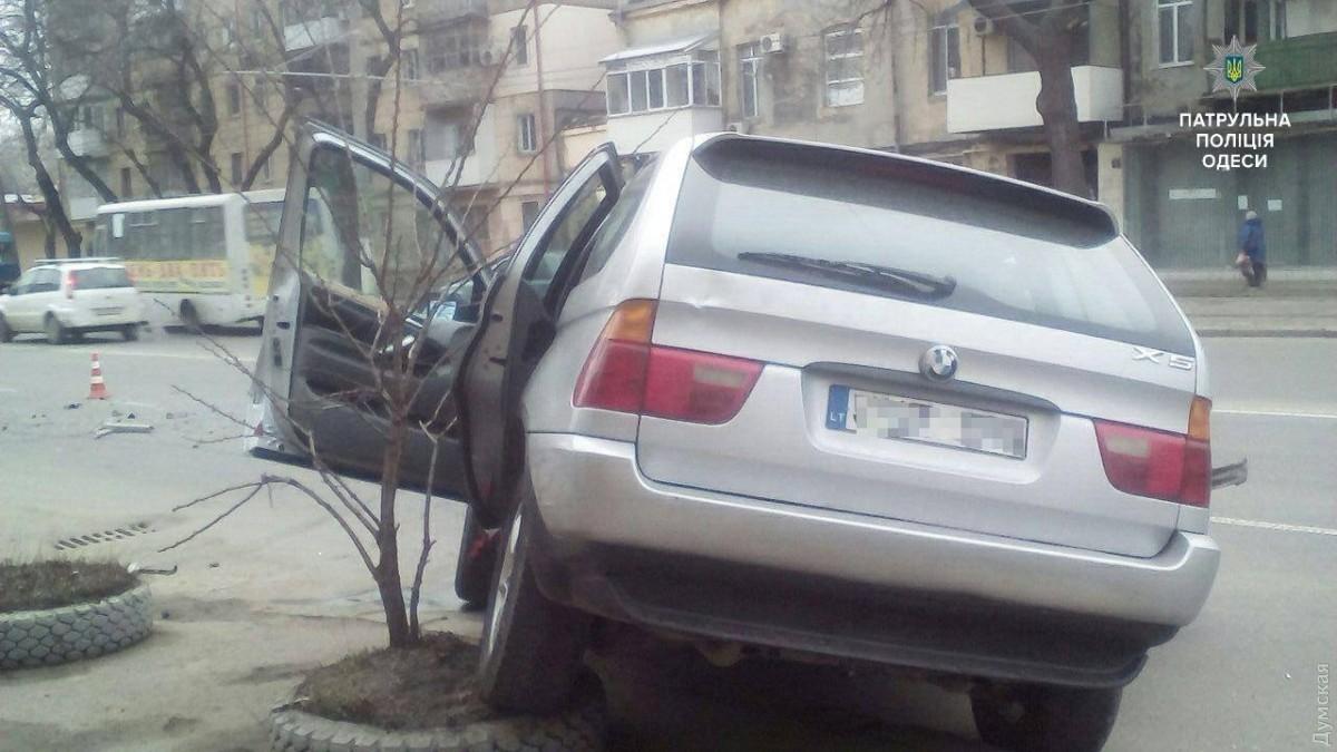 ВОдессе джип БМВ X5 снес столб: шофёр убежал