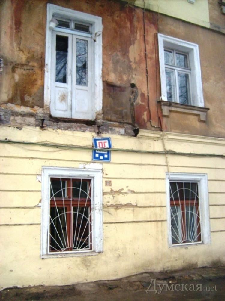 Жителям старых домов одессы запретили пользоваться балконами.