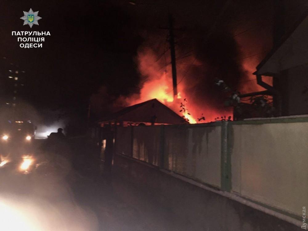 ВОдессе патрульные полицейские спасли впроцессе пожара семью смаленькими детьми