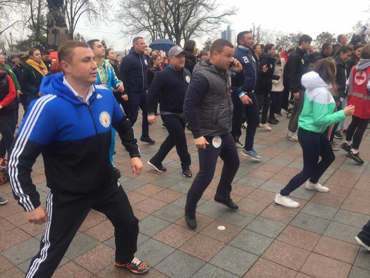 Флешмоб: одесситы устроили массовую зарядку наДумской площади