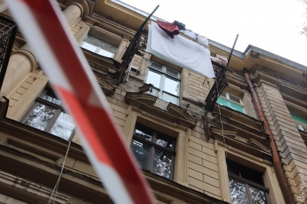 Женшина писет на балконе